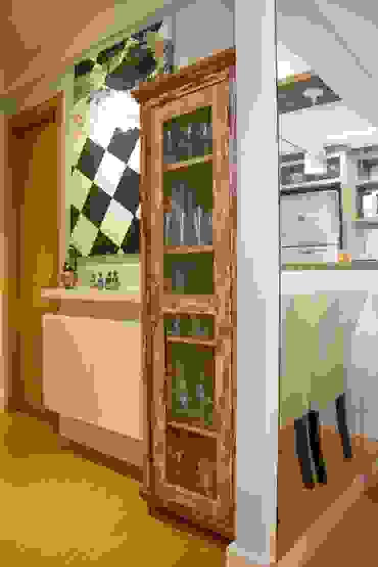 Apartamento Grécia Corredores, halls e escadas rústicos por Camila Chalon Arquitetura Rústico