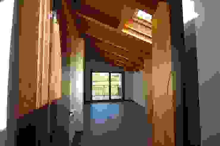 Tres Viviendas Unifamiliares en Gamiz Paredes y suelos de estilo moderno de BR&C arquitectos Moderno