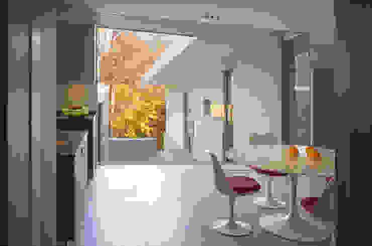 Difficult Run Residence Modern corridor, hallway & stairs by Robert Gurney Architect Modern