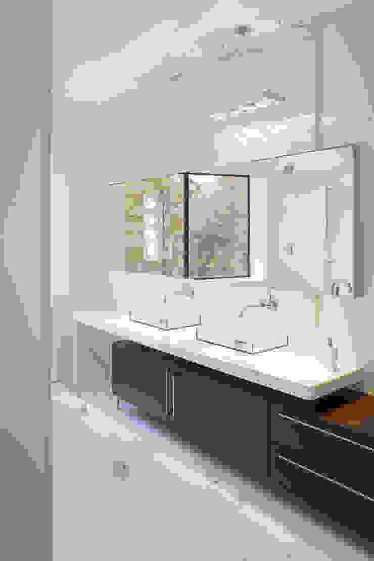 Difficult Run Residence Modern style bathrooms by Robert Gurney Architect Modern