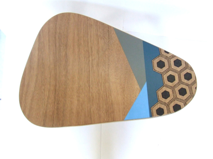 Table d'appoint ou table de chevet tripode fabriquée, pyrogravée et peinte à la main #Chopardesign par homify Scandinave