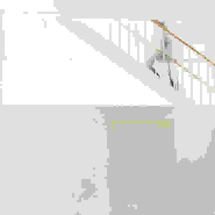 密集した住宅地のなかの別世界 早稲田の家 House in waseda: 平野崇建築設計事務所 TAKASHI HIRANO ARCHITECTSが手掛けたリビングです。,モダン