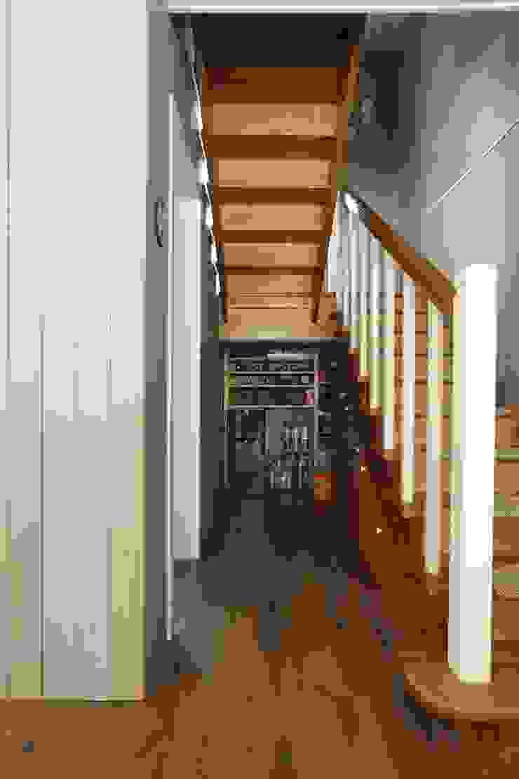 Хранение под лестницей Коридор, прихожая и лестница в стиле кантри от ORT-interiors Кантри