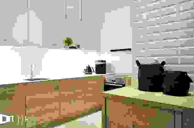 Wnętrze mieszkania w kamienicy, Bielsko-Biała. Skandynawska kuchnia od TIKA DESIGN Skandynawski