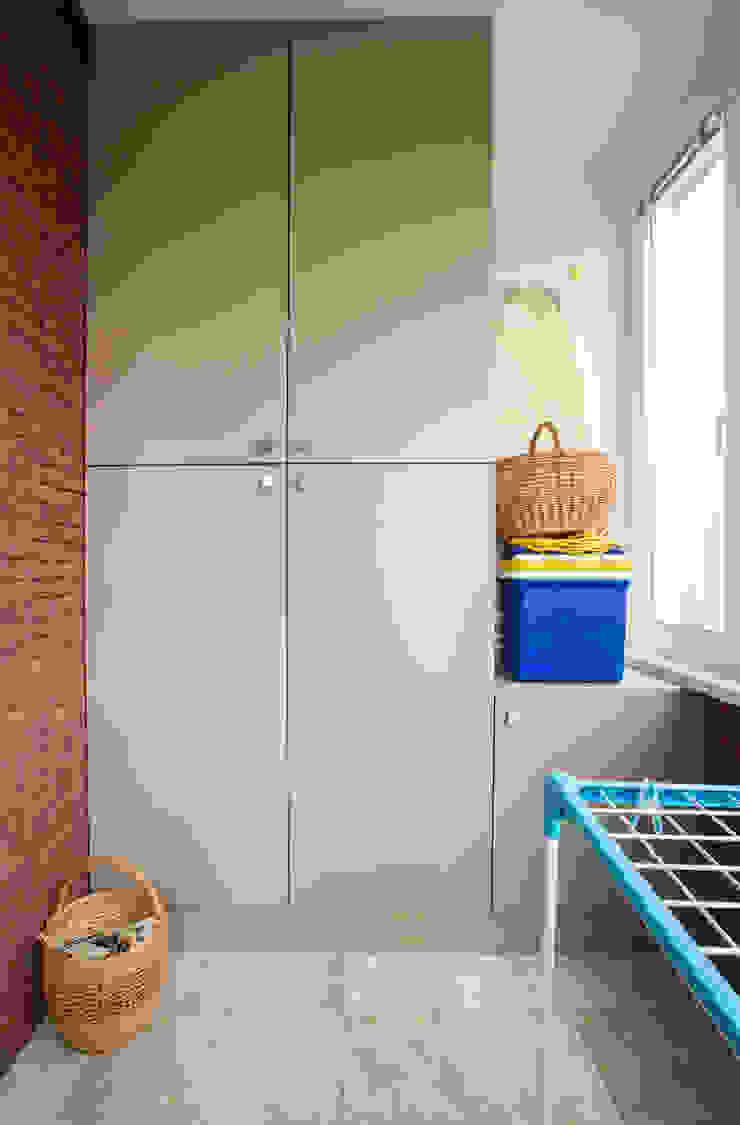 Хранение в зоне балкона Балкон и терраса в стиле минимализм от ORT-interiors Минимализм