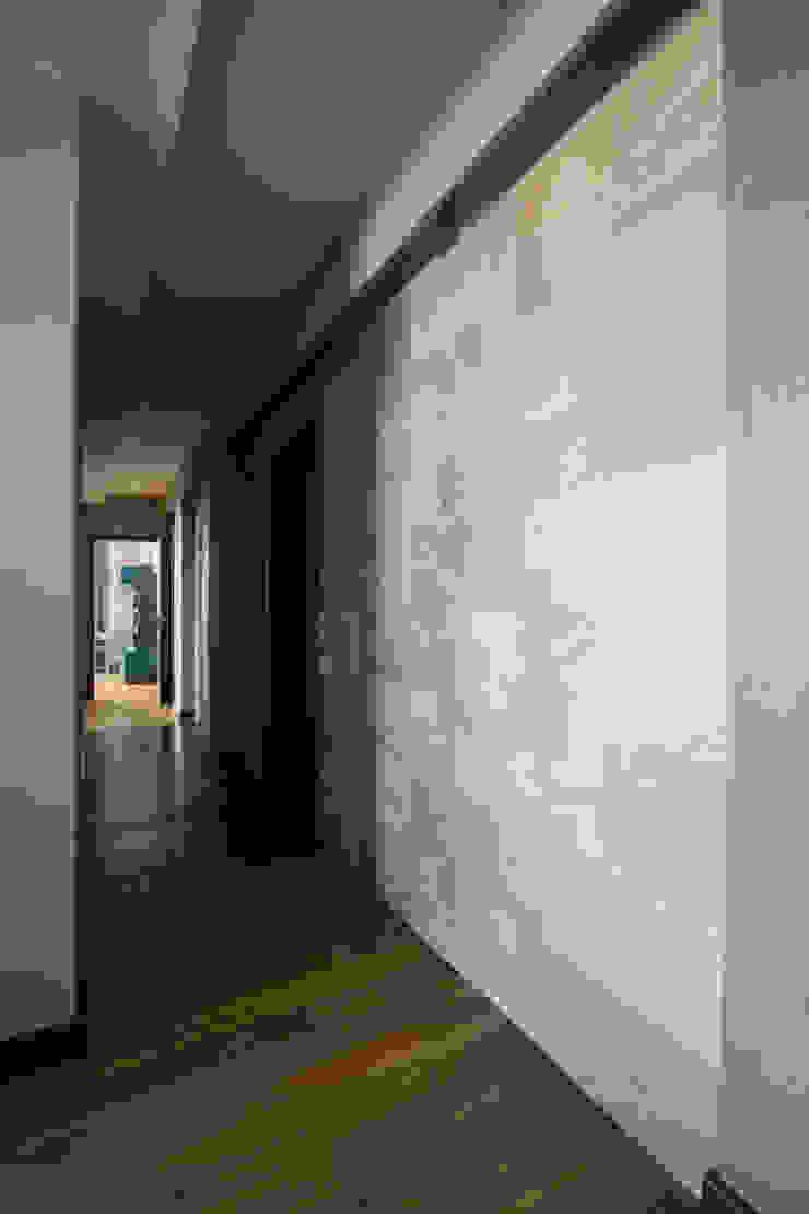 Декоративная стена в коридоре Коридор, прихожая и лестница в стиле минимализм от ORT-interiors Минимализм