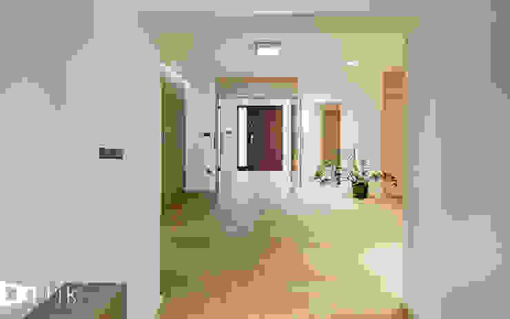 Hol Nowoczesny korytarz, przedpokój i schody od TIKA DESIGN Nowoczesny