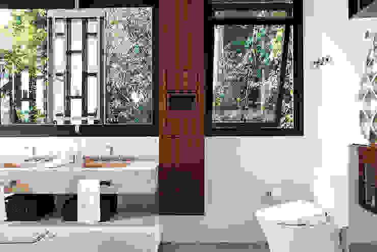 Dormitório Banheiros modernos por Infinity Spaces Moderno