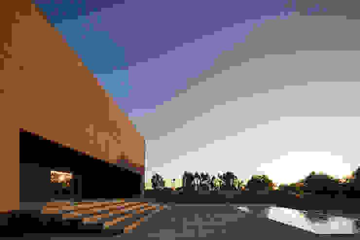 Casa com Três Pátios Piscinas modernas por Miguel Marcelino, Arq. Lda. Moderno