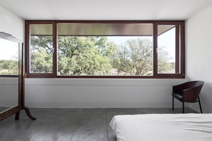 Three Courtyards House 모던스타일 침실 by Miguel Marcelino, Arq. Lda. 모던