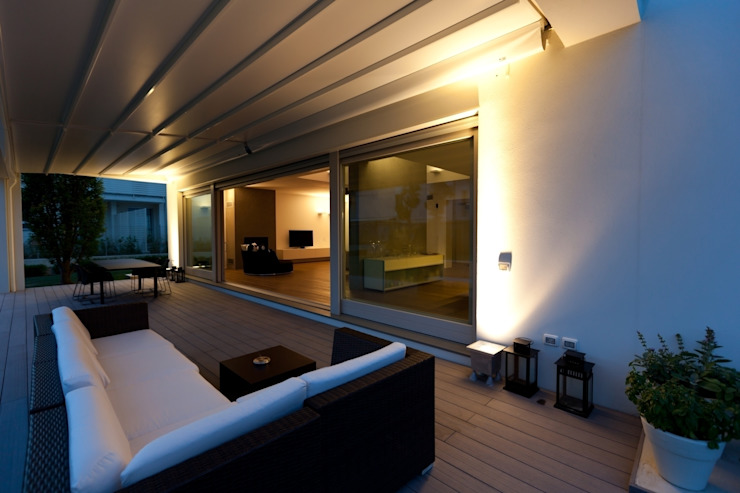Villa urbana Balcone, Veranda & Terrazza in stile moderno di Paolo Carli Moretti Architetto Moderno