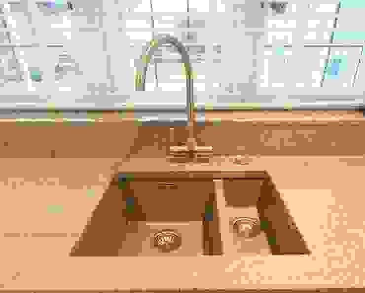 Silestone Chrome worktop and a Ceramic sink Modern kitchen by Kitchencraft Modern