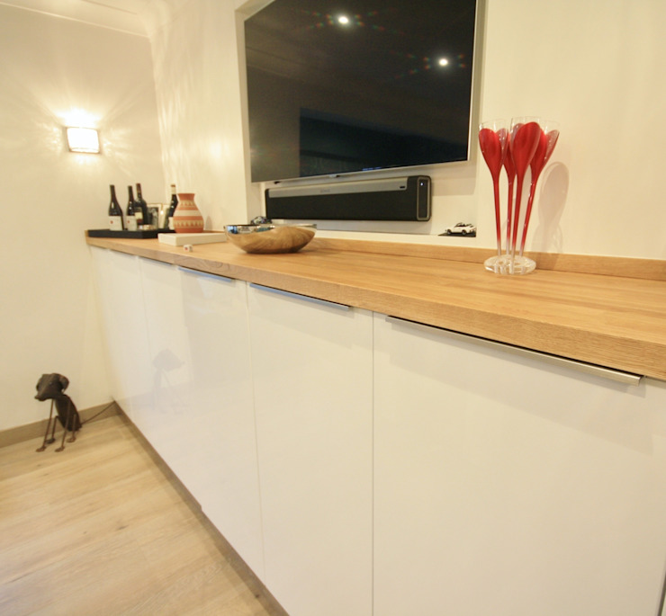 White gloss doors, with silver trim handles Salas multimédia modernas por Kitchencraft Moderno