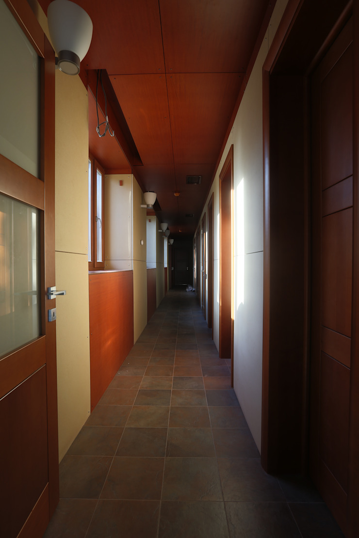 Коридор из бассейна в гостиную Коридор, прихожая и лестница в стиле минимализм от ORT-interiors Минимализм