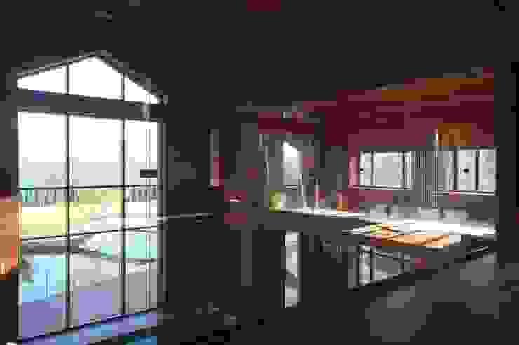 Вид из комнаты отдыха на втором этаже Бассейн в стиле минимализм от ORT-interiors Минимализм
