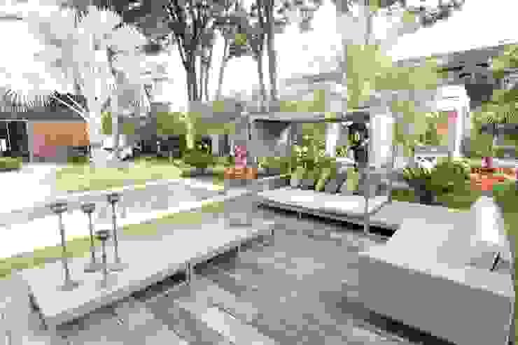 Deck da piscina Varandas, marquises e terraços modernos por DUPLA ARQUITETURA ESTRATÉGICA Moderno