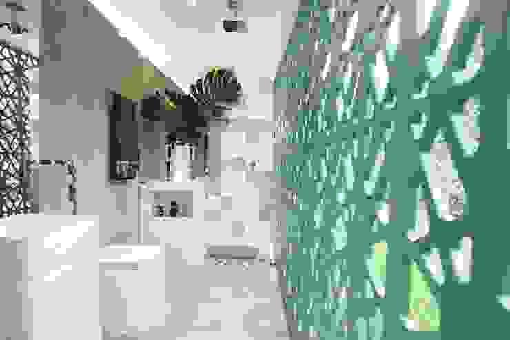 Banhiero de dia Banheiros modernos por DUPLA ARQUITETURA ESTRATÉGICA Moderno