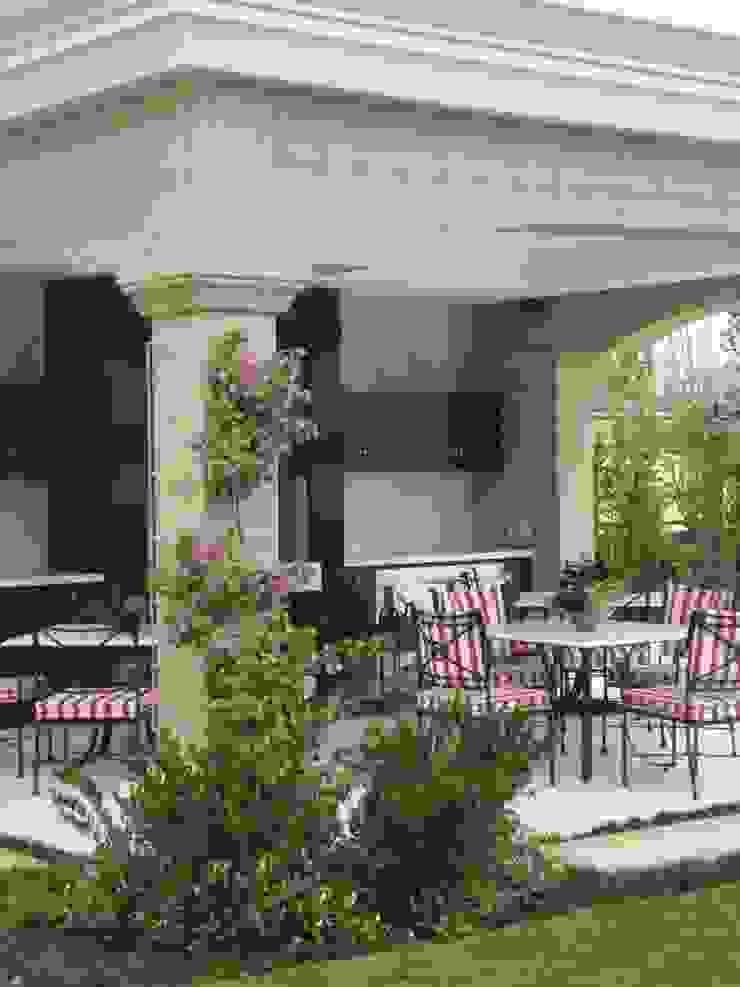 Requinte Varandas, alpendres e terraços clássicos por Loro Arquitetura e Paisagismo Clássico