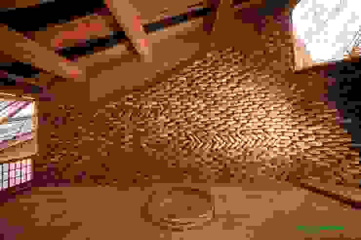 Tree house オリジナルな 壁&床 の 建築設計事務所 山田屋 オリジナル