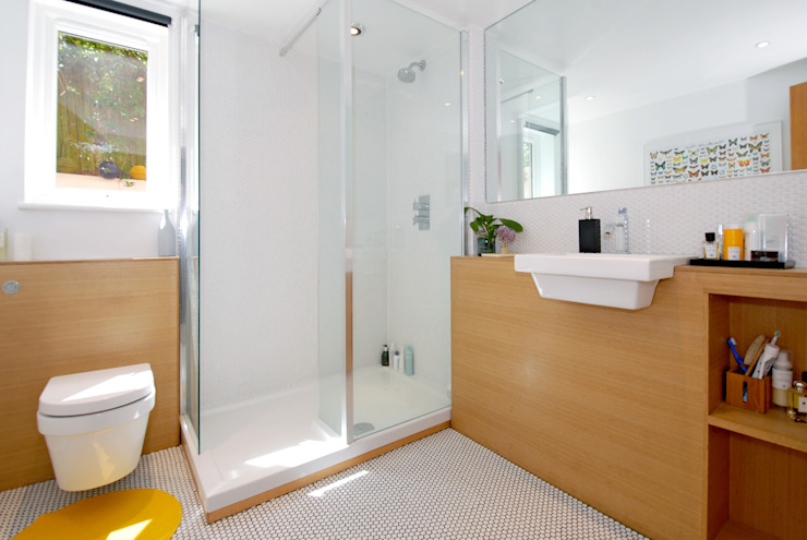 Shower room converted from garage por Imperfect Interiors Escandinavo