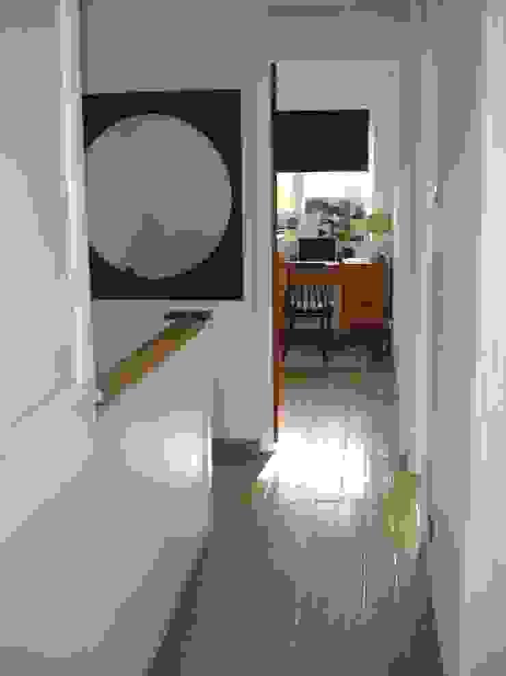 2nd floor hallway and office por Imperfect Interiors Escandinavo