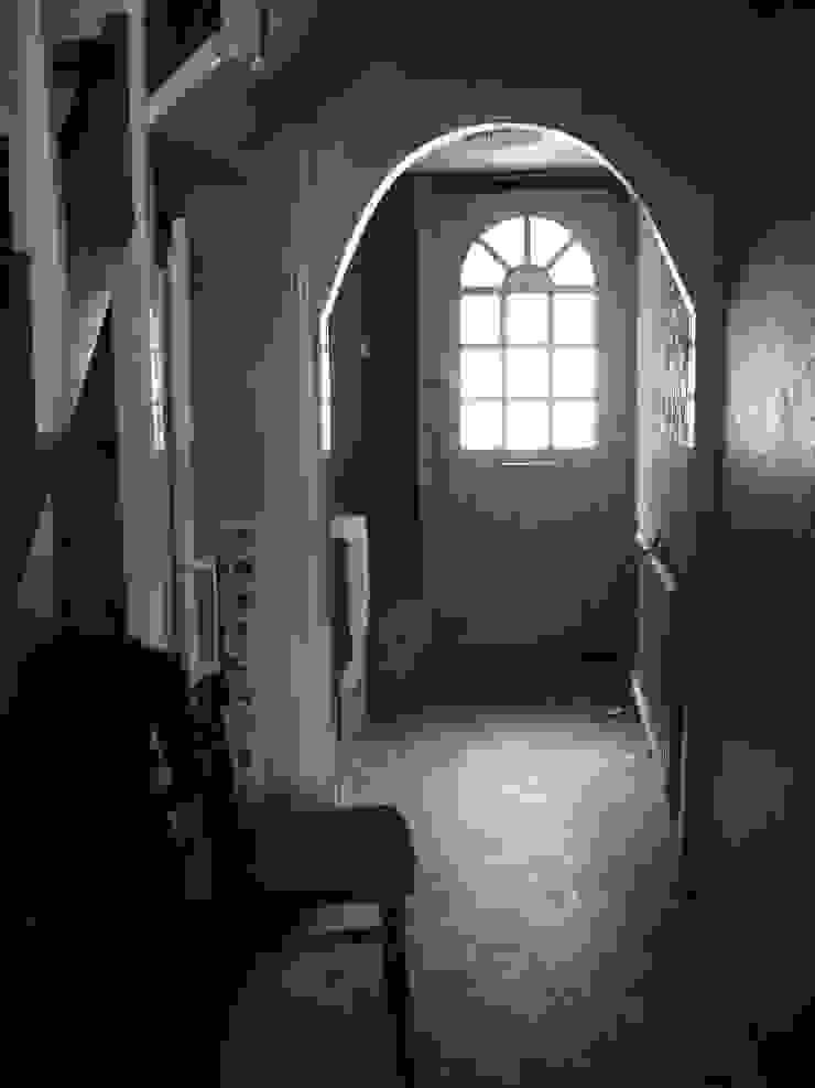 The hallway before por Imperfect Interiors Escandinavo