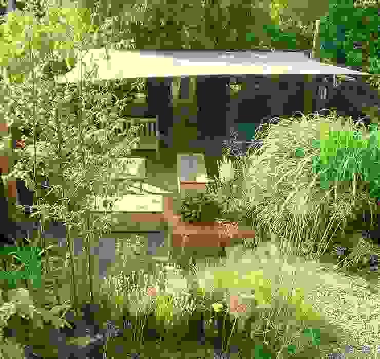 Lower deck with sail Karena Batstone Design Modern garden