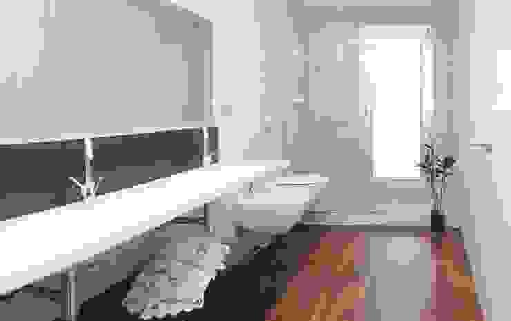 Casa Masip Baños de estilo moderno de Ascoz Arquitectura Moderno