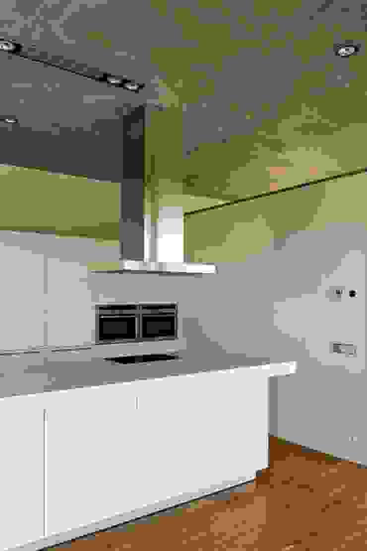 Minimalist kitchen by Ascoz Arquitectura Minimalist