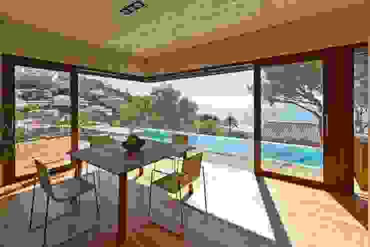 Salas de jantar minimalistas por Ascoz Arquitectura Minimalista