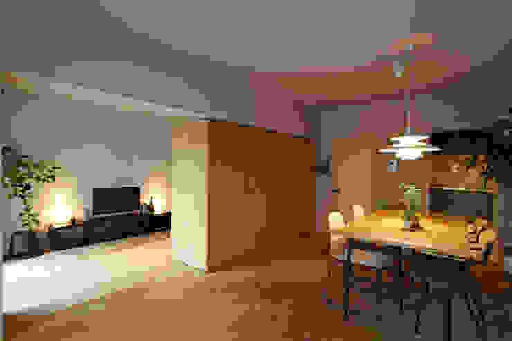 リビングダイニング04(可動棚で間仕切った場合) 山田伸彦建築設計事務所 モダンデザインの リビング