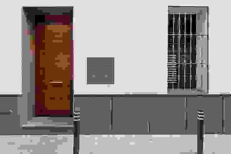 Fachada. Entrada Casas modernas de Ardes Arquitectos Moderno