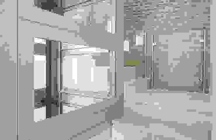 Espacio de escalera: Vestíbulos, pasillos y escaleras de estilo  de Ardes Arquitectos