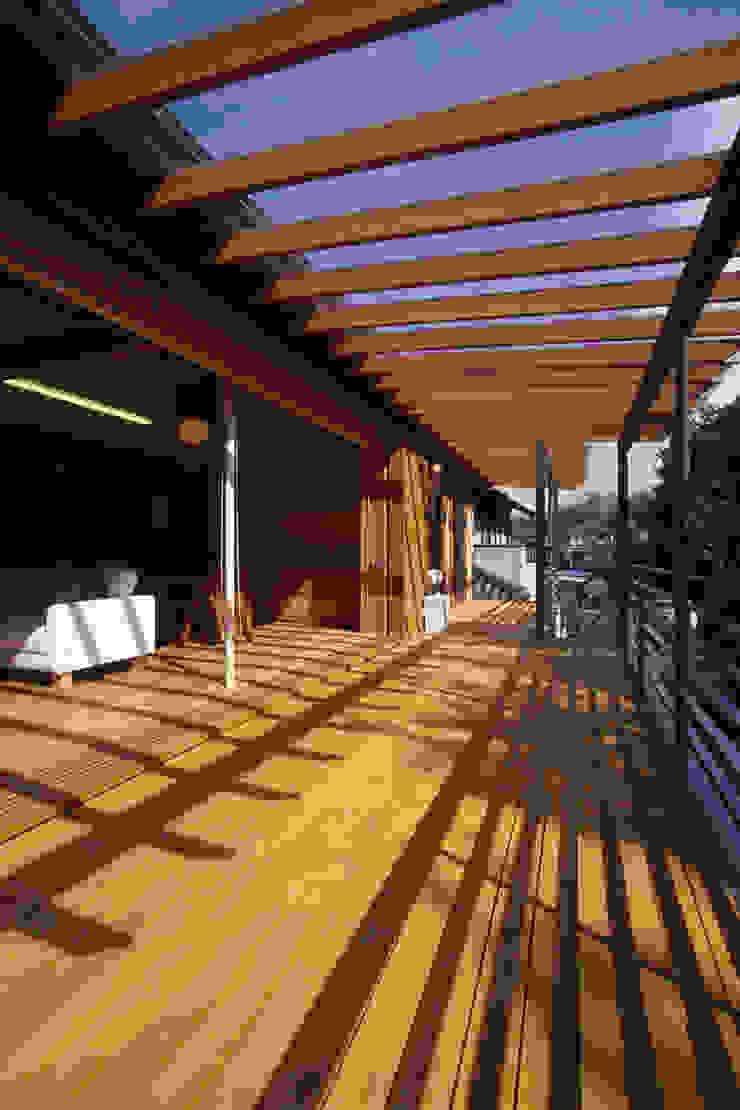 Modern balcony, veranda & terrace by 風建築工房 Modern