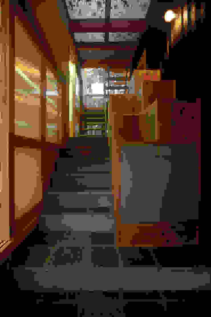 風建築工房 Modern corridor, hallway & stairs