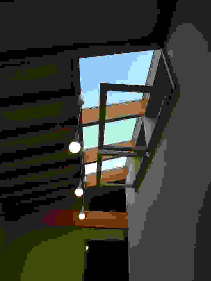 Couloir, entrée, escaliers scandinaves par 風建築工房 Scandinave