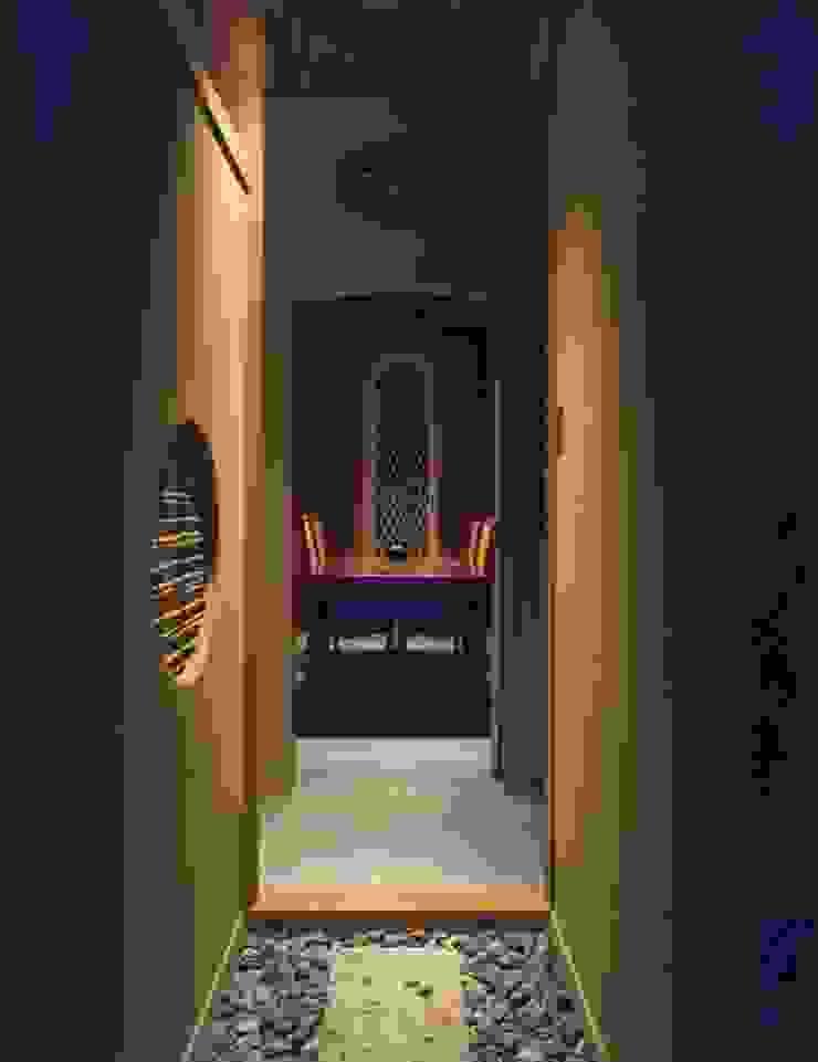 渡りから食堂を見る 撮影:村井修 クラシカルスタイルの 玄関&廊下&階段 の 小林英治建築研究所 クラシック