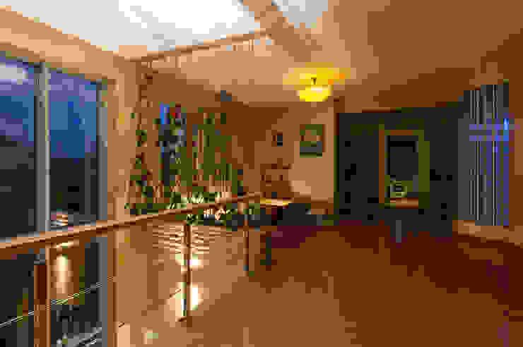 Вьющиеся растения в интерьере. Коридор, прихожая и лестница в эклектичном стиле от Ольга Макарова (Экодизайн) Эклектичный