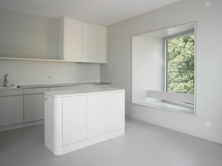 Küche mit Erkerfenster im neuen Attikageschoss Moderne Küchen von André Born Architekt BSA Modern