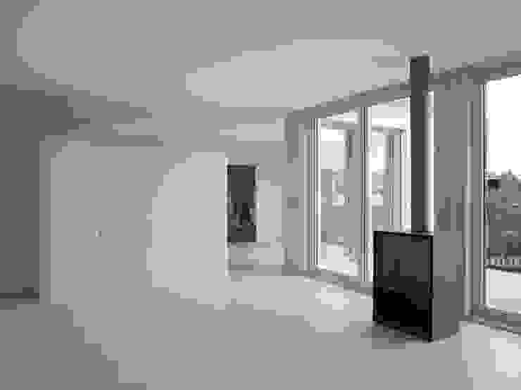 Offener Wohnbereich im neuen Attikageschoss Moderne Wohnzimmer von André Born Architekt BSA Modern