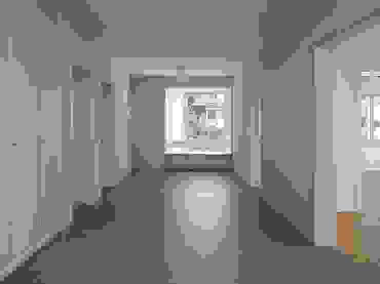 Der grosse, multifunktionale Verbindungsraum in den Wohnungen der bestehenden Geschosse wurde durch die neu erstellten Erker aufgewertet. Moderner Flur, Diele & Treppenhaus von André Born Architekt BSA Modern