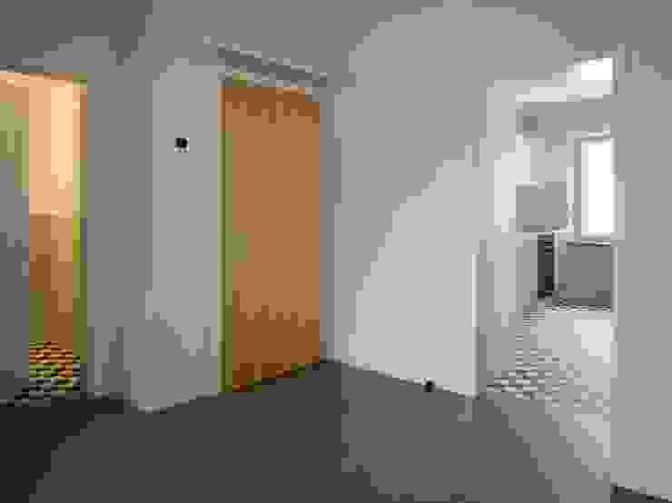Bei der Farb- und Materialwahl (Linoleum, Mosaikparkett, Fliesen) wurde darauf geachtet, dass der Charakter des Hauses bewahrt werden konnte. André Born Architekt BSA Moderner Flur, Diele & Treppenhaus