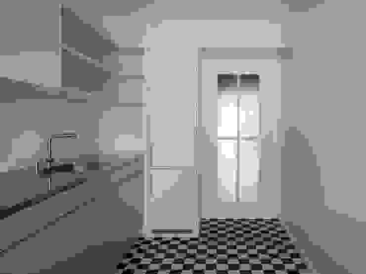 Die neuen Küchen in den bestehenden Geschossen passen sich an Stil der 1950er Jahre an. Moderne Küchen von André Born Architekt BSA Modern