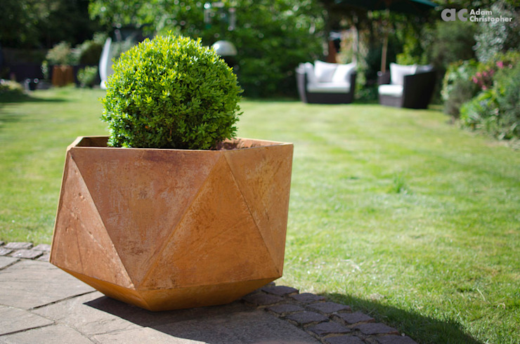 Femkant Planter In Rust Stained Concrete: scandinavian  by Adam Christopher Design, Scandinavian Concrete