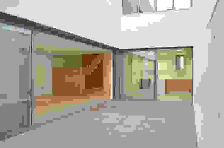 Minimalist Balkon, Veranda & Teras MBVB Arquitectos Minimalist