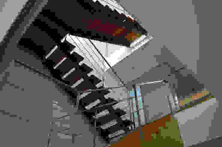 VIVIENDA UNIFAMILIAR EN ALMANSA Pasillos, vestíbulos y escaleras de estilo minimalista de MBVB Arquitectos Minimalista
