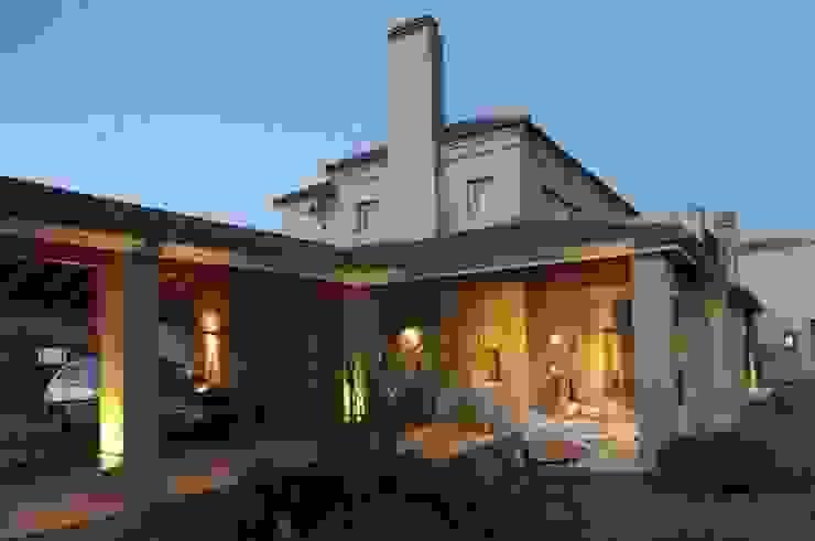 La Casa del Lago Balcones y terrazas clásicos de Family Houses Clásico