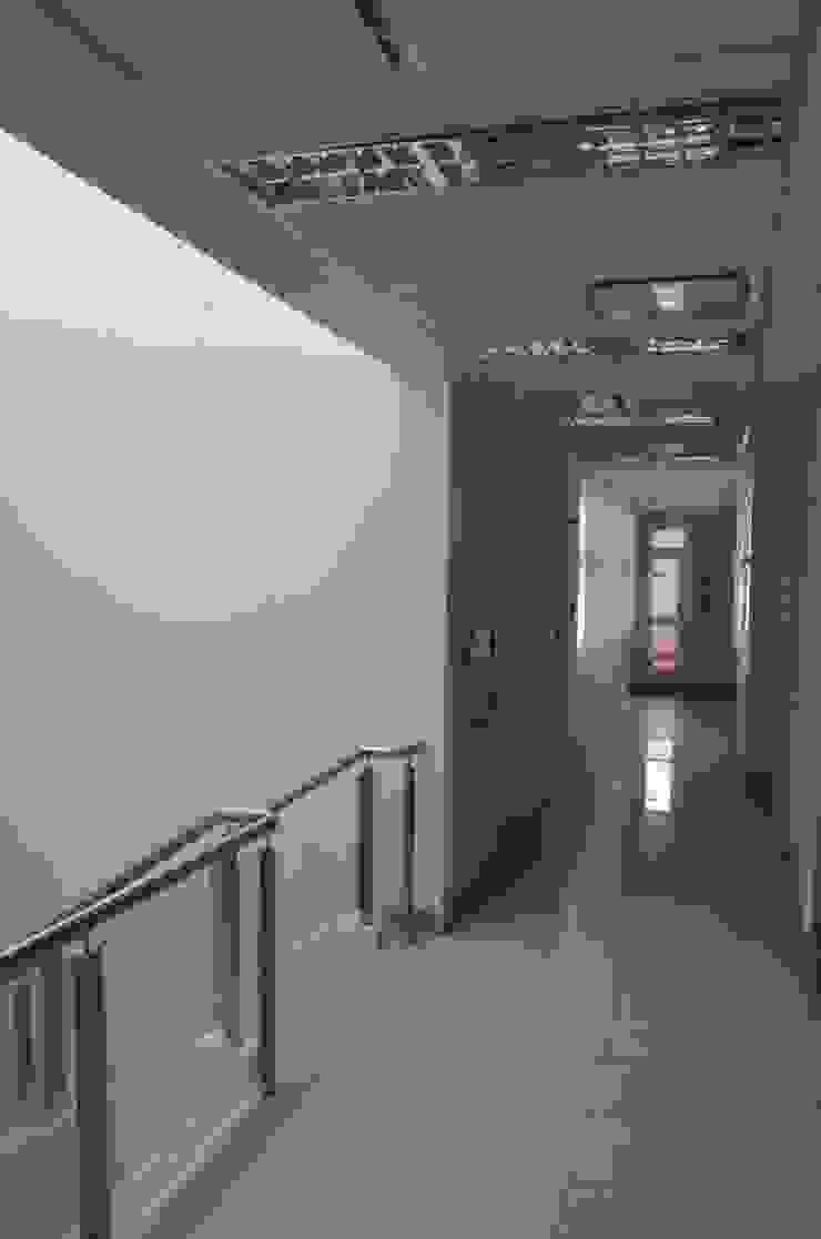 Centro Medico de Policonsultorios. Clínicas y consultorios médicos de estilo moderno de Family Houses Moderno
