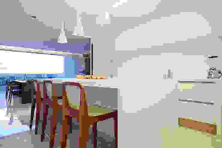 Minimalist white kitchen por STUDIO ANDRE LENZA Minimalista