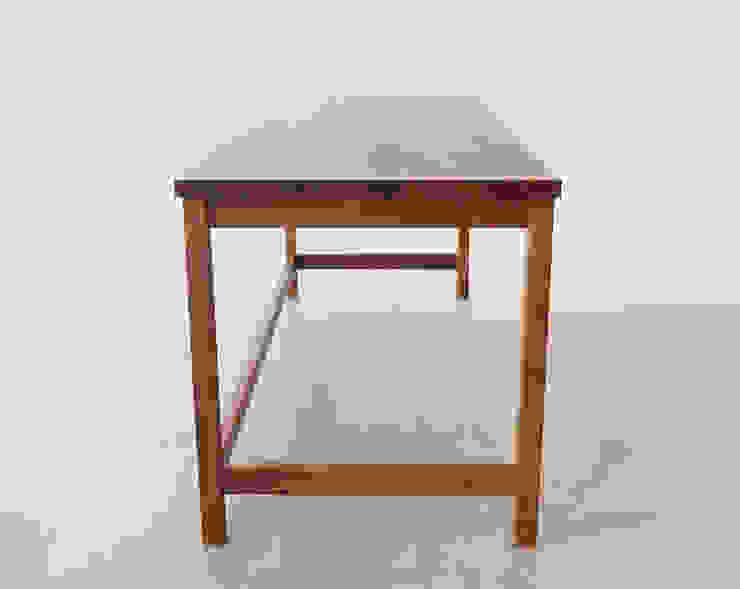 Basic Desk: Moon studio의 현대 ,모던